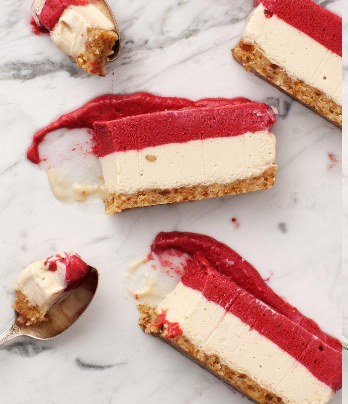 recette cheesecake sans cuisson et sans gluten avec base de noix et creme de noix de cajou et framboise
