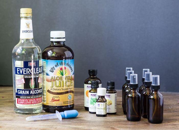 jus d aloé, alcool et plusieurs huiles essentielles pour fabriquer son propre désinfectant maison pour mains