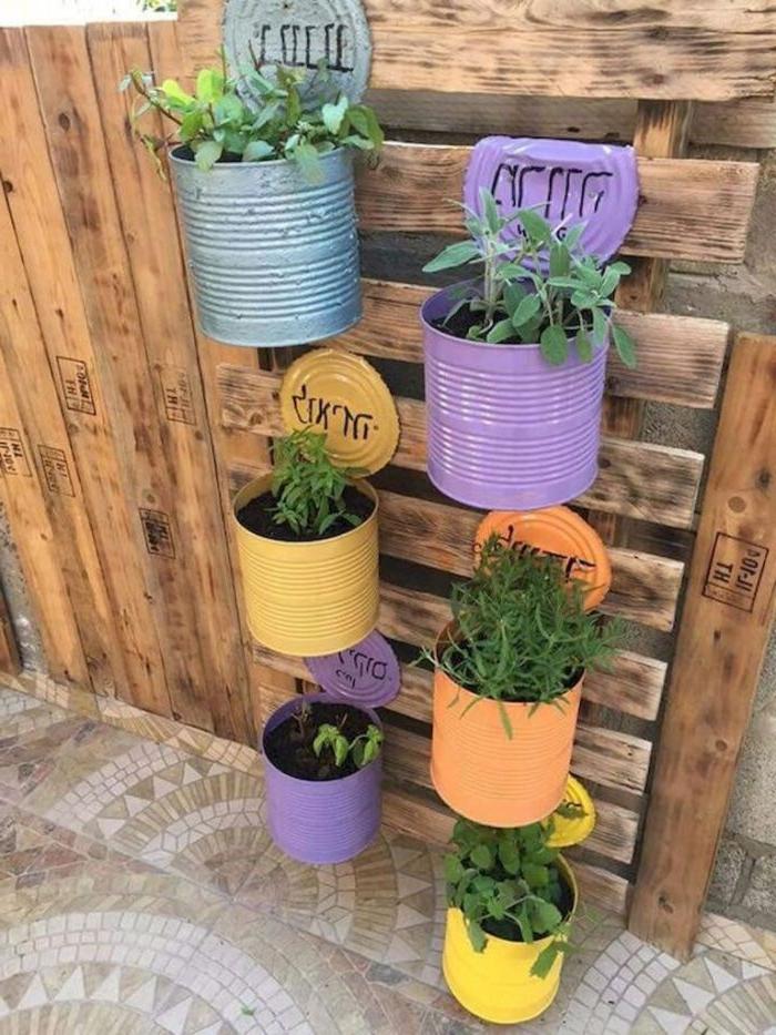 jardiniere verticale en palette avec pots de fleurs en boite de conserve recyclée, deco jardin recup