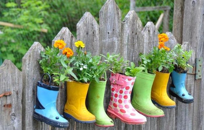 deco a faire soi meme pour le jardin en bottes de caoutchouc recyclées de couleurs variées avec des fleurs plantées