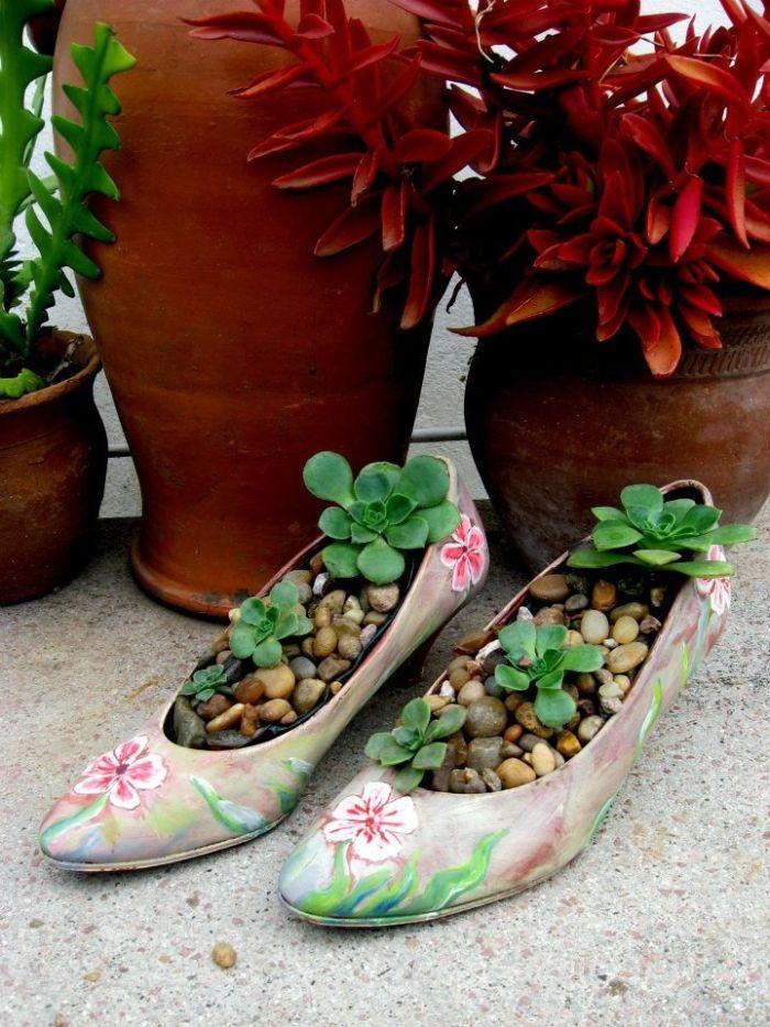 vieilles chaussures recyclées et transformés en pot de fleur pour succulents extérieurs, deco a faire soi meme recup