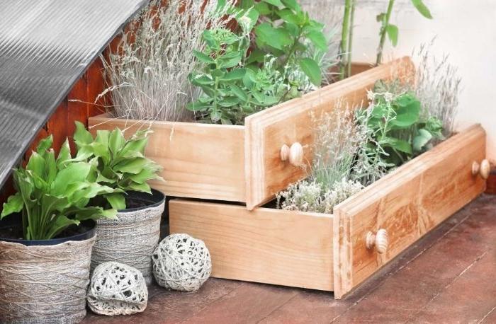 vieux tiroirs recyclés et transformés en jardinière diy a faire soi meme pour decorer son jardin