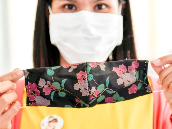 mesures barrières pour protection du Covid-19, modèle de coronavirus masque fait maison avec tissu et sans machine à coudre