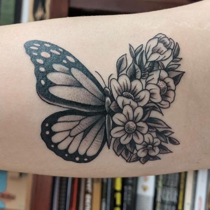 Le tatouage apres le dessin papillon fleur ail, dessin chouette, papier et crayons pour un dessin noir et blanc