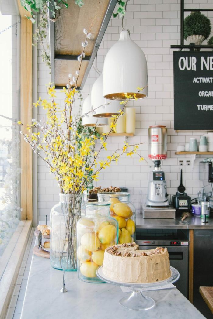 Branches fleuries, citrons comme décoration, idée déco studio, aménagement petit studio bien décoré 2020