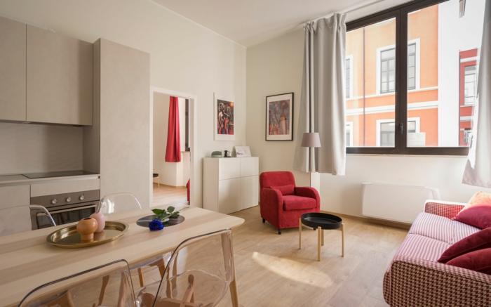 Fauteuil rouge et canapé blanc et rouge, salon et cuisine en un aménagement petit appartement, décoration appartement étudiant