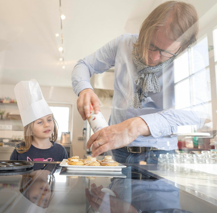Père et fille preparant biscuits ensemble dans la cuisine, aménagement petit appartement, déco de petit appartement