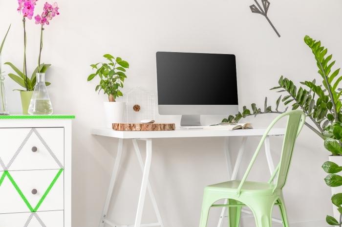 idée agencement petit coin de travail dans un salon blanc et verte avec décoration en plante verte d'intérieur et orchidée