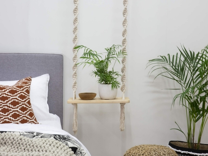 comment optimiser l'espace dans sa chambre à coucher avec une etagere diy suspendue de style bohème en corde et bois