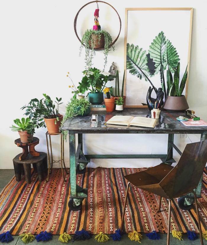 idée comment décorer un coin de travail dans son salon bohème chic avec petites plantes vertes et peinture de plante tropicale