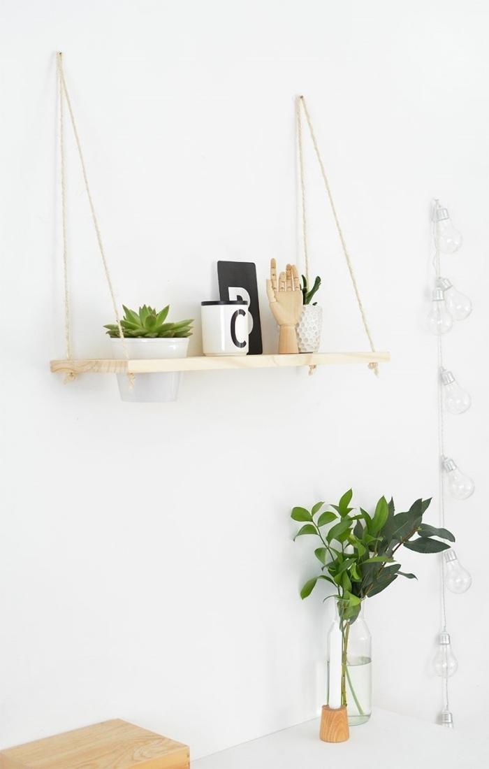 idée comment faire un rangement suspendu original avec planche de bois clair et deux cordes, rangement mural pour chambre DIY