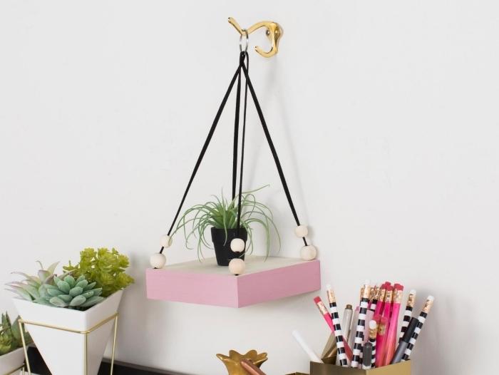 modèle d'etagere diy facile à faire avec morceau de bois et corde, exemple de suspension murale fait maison avec matériaux simples