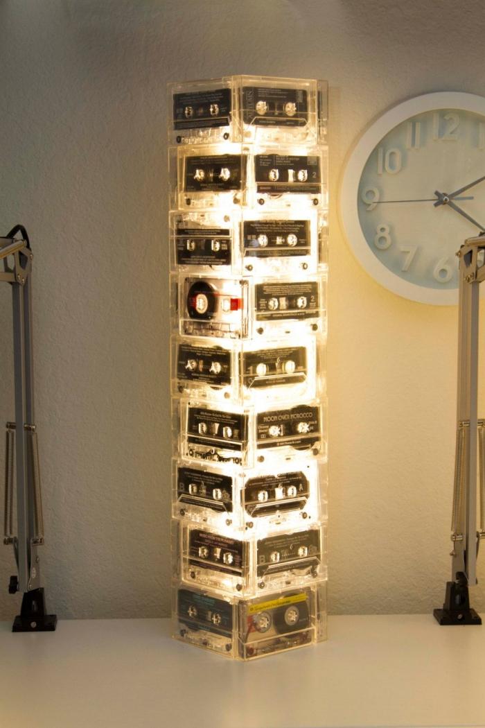 idée de loisirs créatifs adultes avec matériaux de récup, exemple comment faire une lampe originale avec cassettes audio