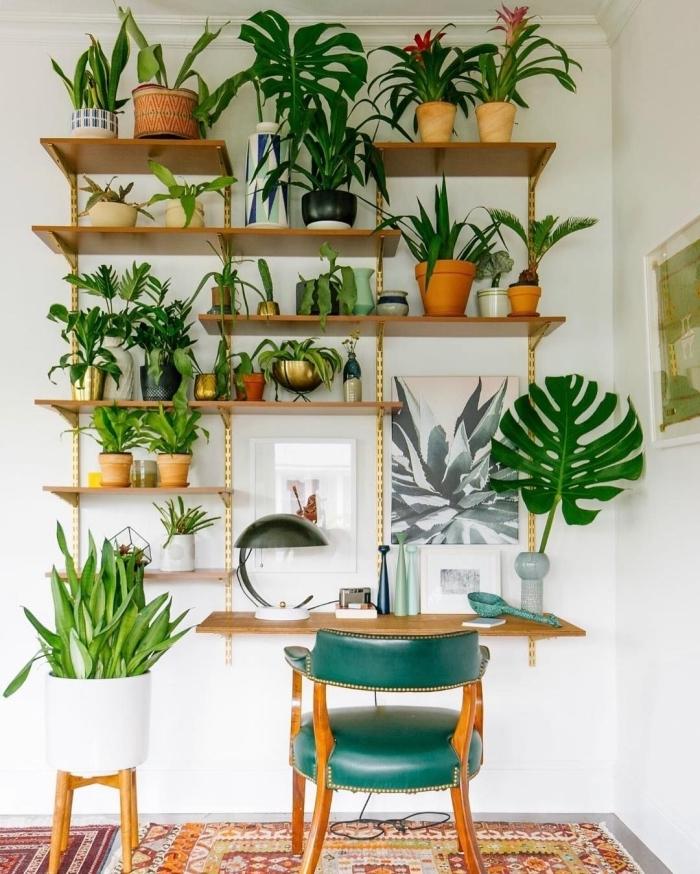 comment créer un mur végétal dans son home office avec étagère suspendue en bois et plantes vertes, idée de plante d'intérieur fleurie