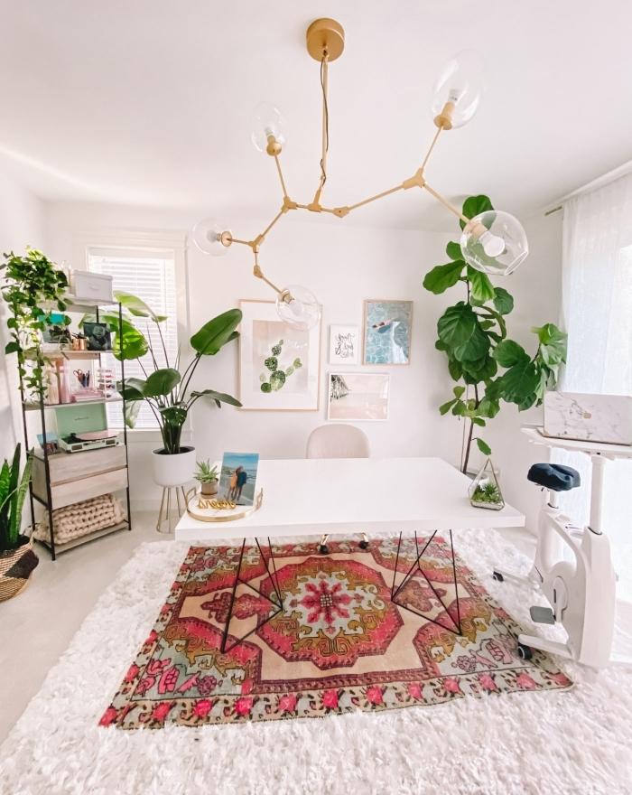 aménagement home office de style bohème chic moderne avec meubles en blanc et déco en plante d'intérieur originale
