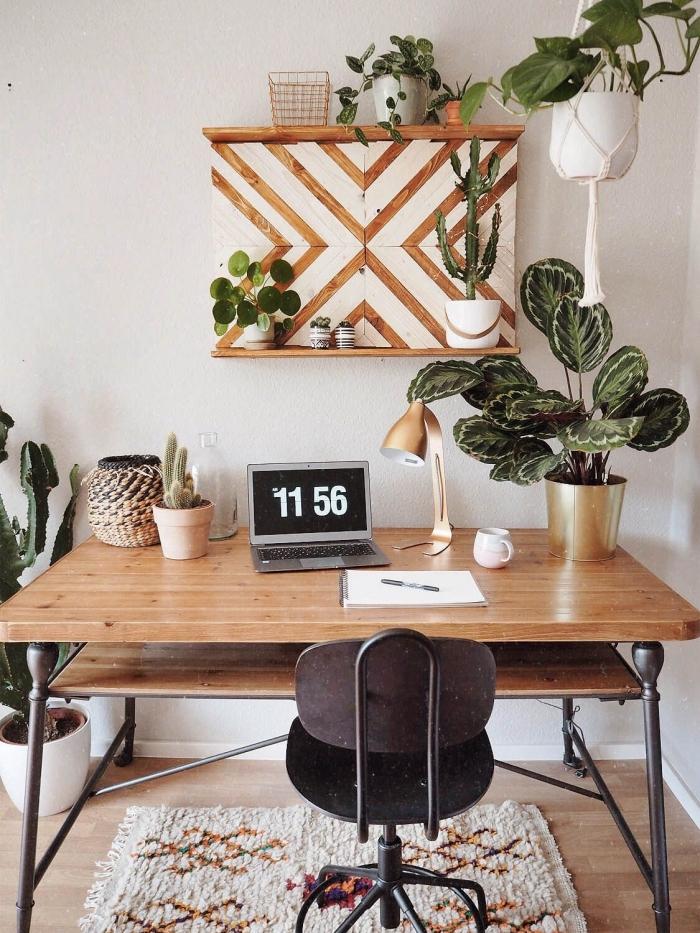 aménagement bureau à domicile de style bohème chic avec meubles en bois et plantes vertes, idée de plante grasse retombante