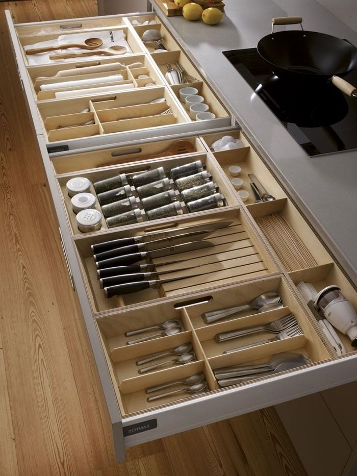 exemple de rangement tiroir cuisine avec diviseurs en bois, idée comment organiser l'espace dans un tiroir avec système modulaire