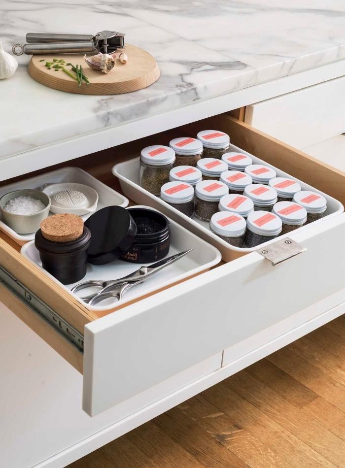 idée rangement facile pour gain place de cuisine, exemple comment ranger ses produits et ustensiles cuisine avec diviseurs boîtes