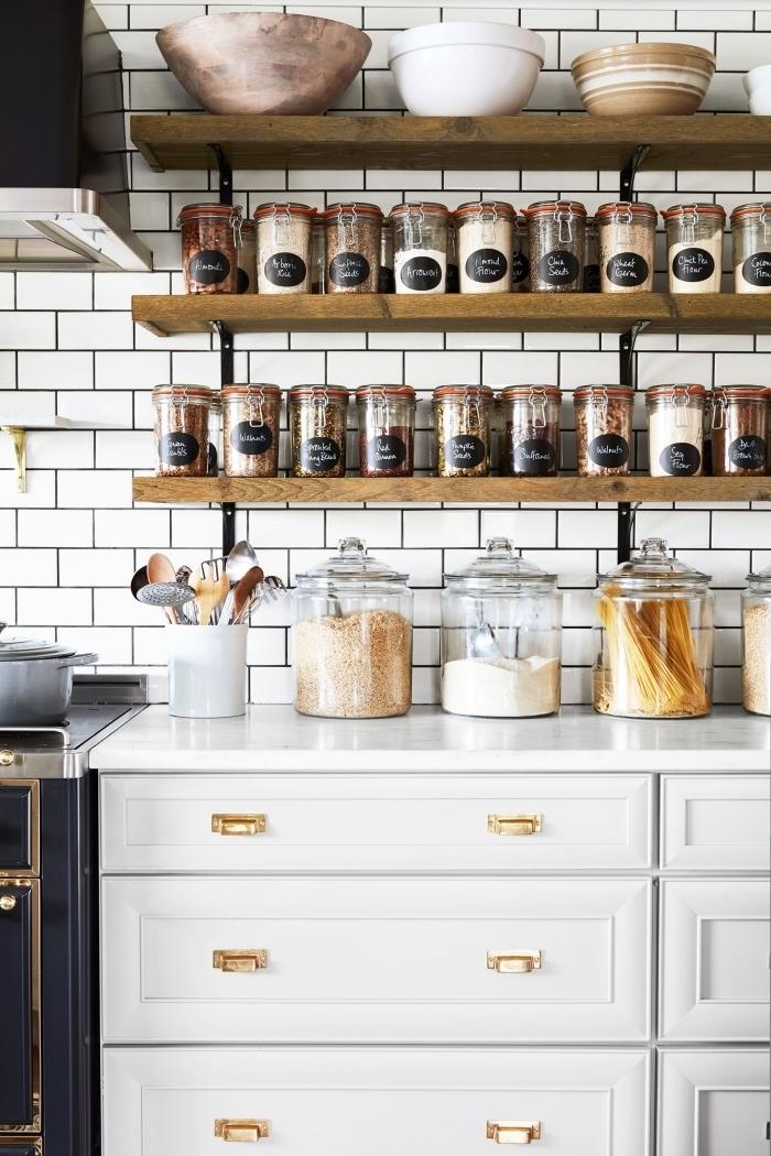 comment amenager petite cuisine, exemple de rangement mural DIY pour optimiser l'espace dans une cuisine avec pots pour ingrédients