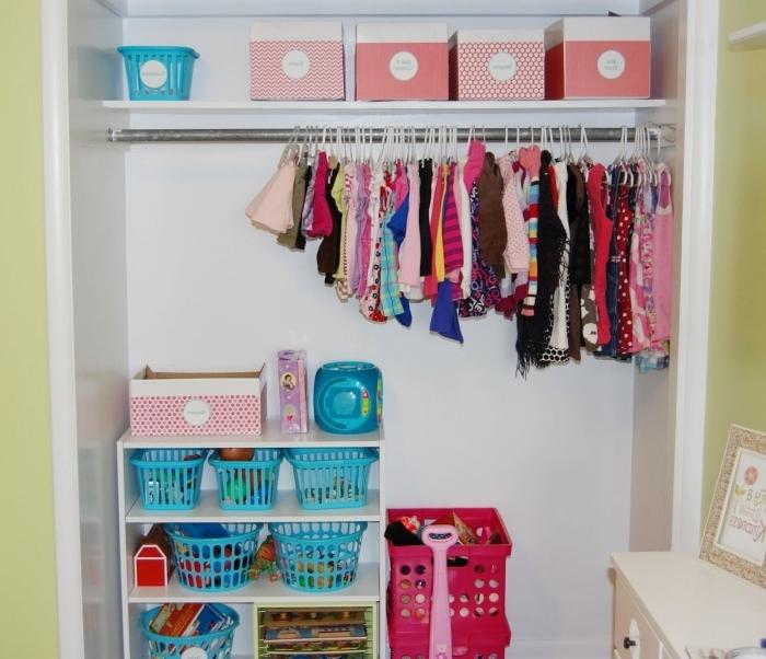 idée rangement chambre avec paniers en plastiques, exemple comment organiser les vêtements des enfants dans boîtes