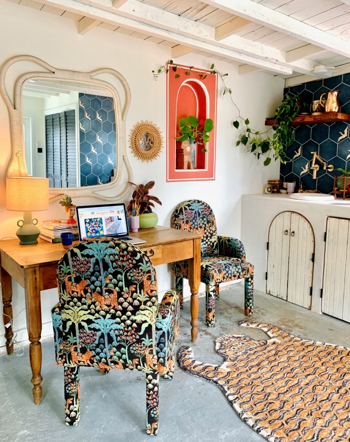 les plus belles plantes d'intérieur, design petit coin de travail de style urbain jungle avec meubles en tissu motifs nature
