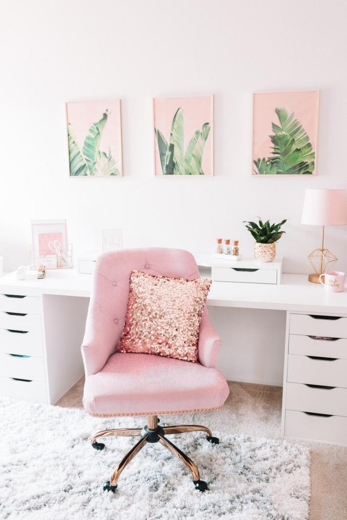 coin de travail féminin aménagé en blanc avec accents en rose pastel, idée de plante pour bureau verte dans un pot doré