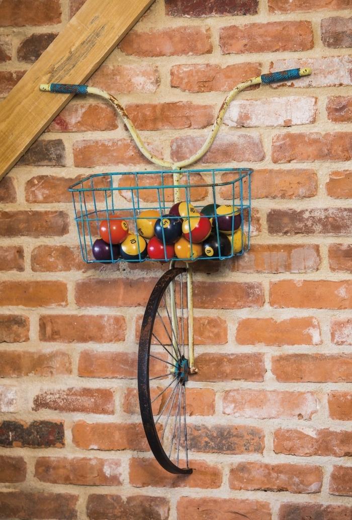 deco a faire soi meme recup, idée de décoration murale à faire facilement avec vélo et panier recyclé accrochés au mur