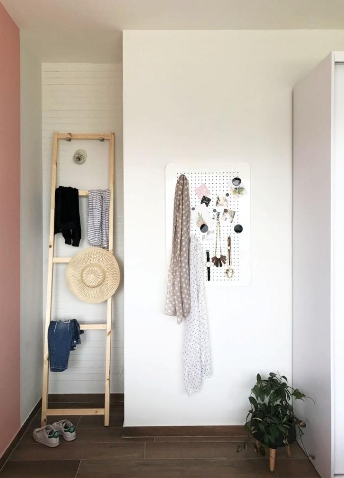 astuce rangement facile pour la chambre à coucher, exemple comment ranger ses vêtements et accessoires sur une échelle