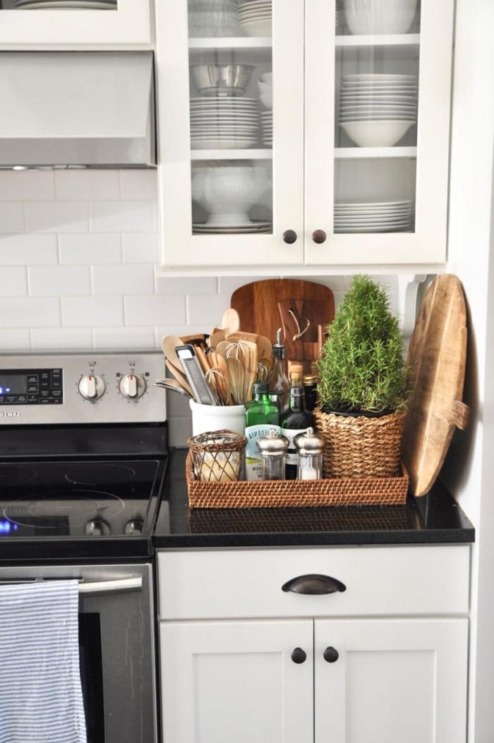 comment organiser l'espace dans sa petite cuisine, astuce rangement cuisine avec panier tressé, décoration petite cuisine