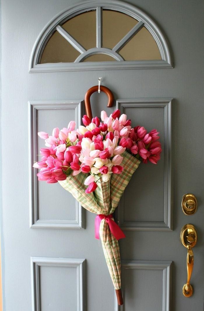 deco a faire soi meme recup pour le printemps, diy décoration de porte avec parapluie suspendu et rempli de fleurs fraîches