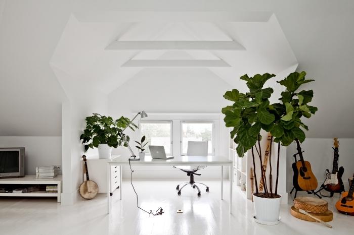 exemple comment décorer un home office minimaliste sous pente avec murs blancs et plante de bureau dépolluante