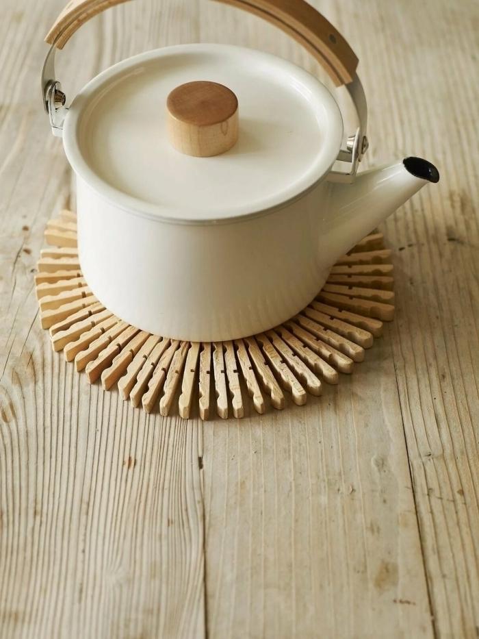 exemple comment faire un dessus de plat en pinces de bois facile, idée de loisir creatif pas cher à réaliser facilement