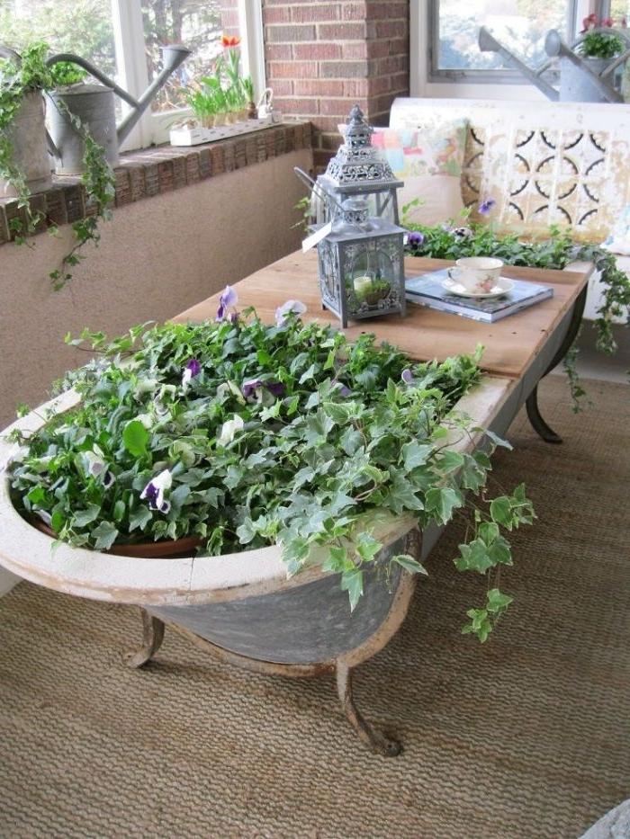 recyclage vieille baignoure sur pieds fleurie avec planche pour fair eune table basse originale, dcoration de baclon terrasse extérieure