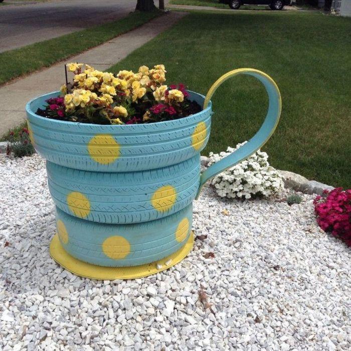 decoration de jardin a faire soi meme, fabriquer un ajardiniere avec recyclage pneu imitation tasse de thé