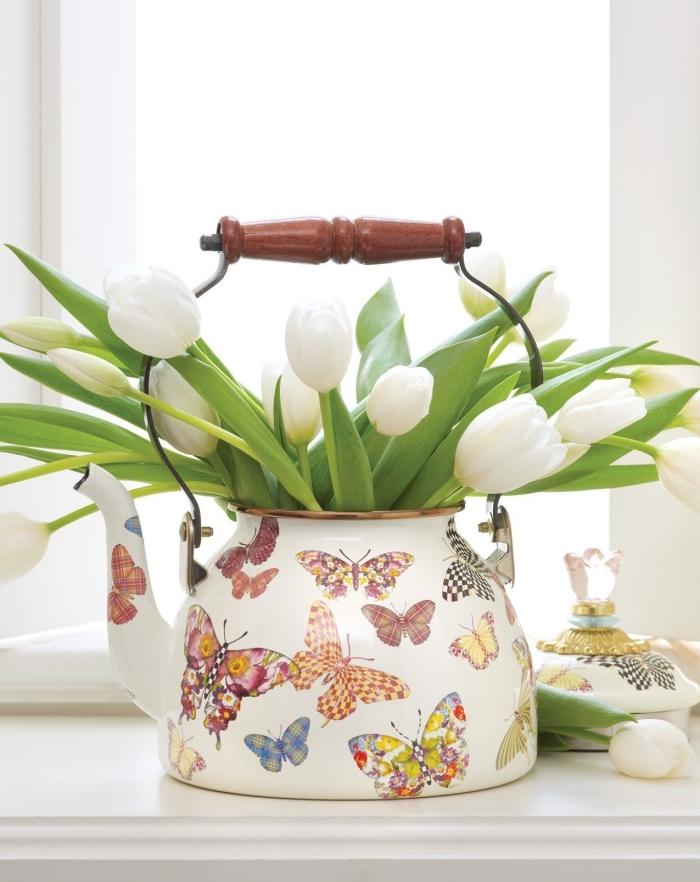 activités manuelles adultes pour rafraîchir son intérieur, idée comment utiliser une vieille théière comme vase pour ses fleurs de printemps