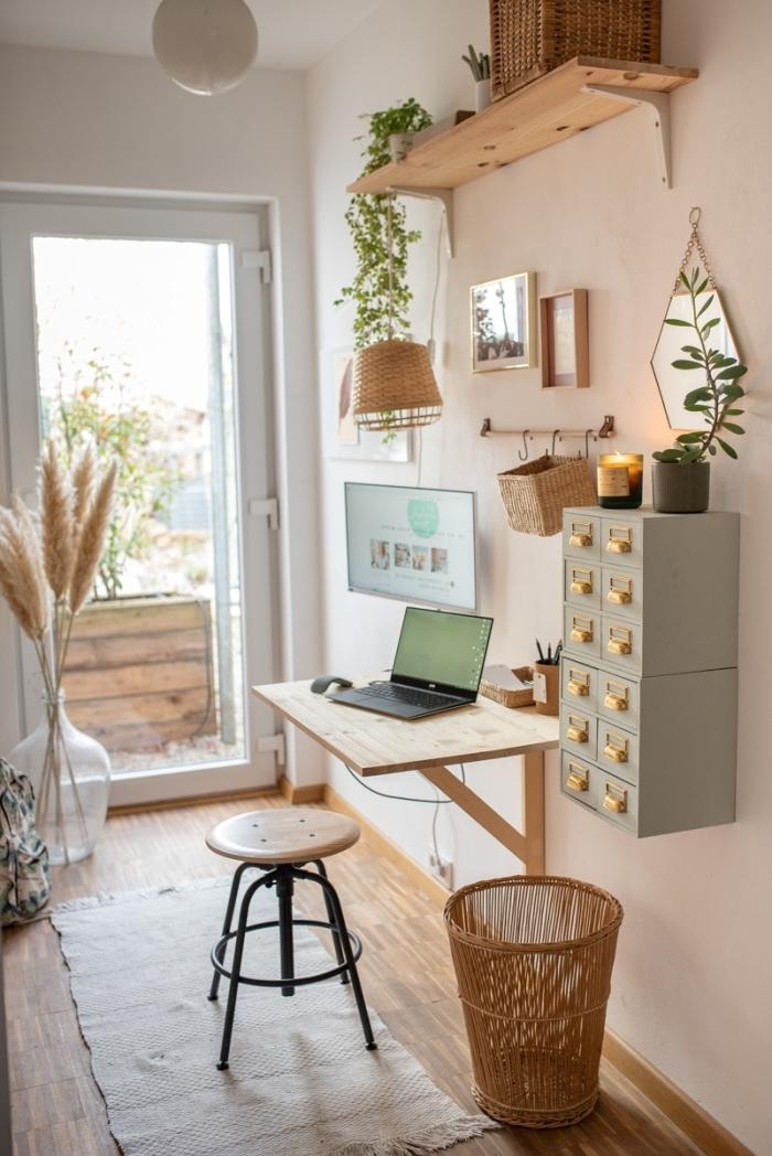 comment décorer un petit coin de travail dans un couloir en blanc et bois aménagée de style bohème avec plante suspendue
