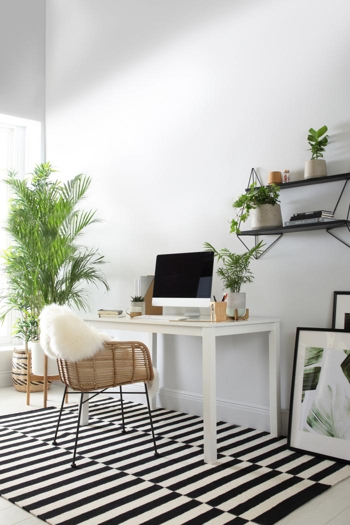 décoration de bureau à domicile moderne de style bohème chic avec meubles exotiques en rotin et palmier d'intérieur