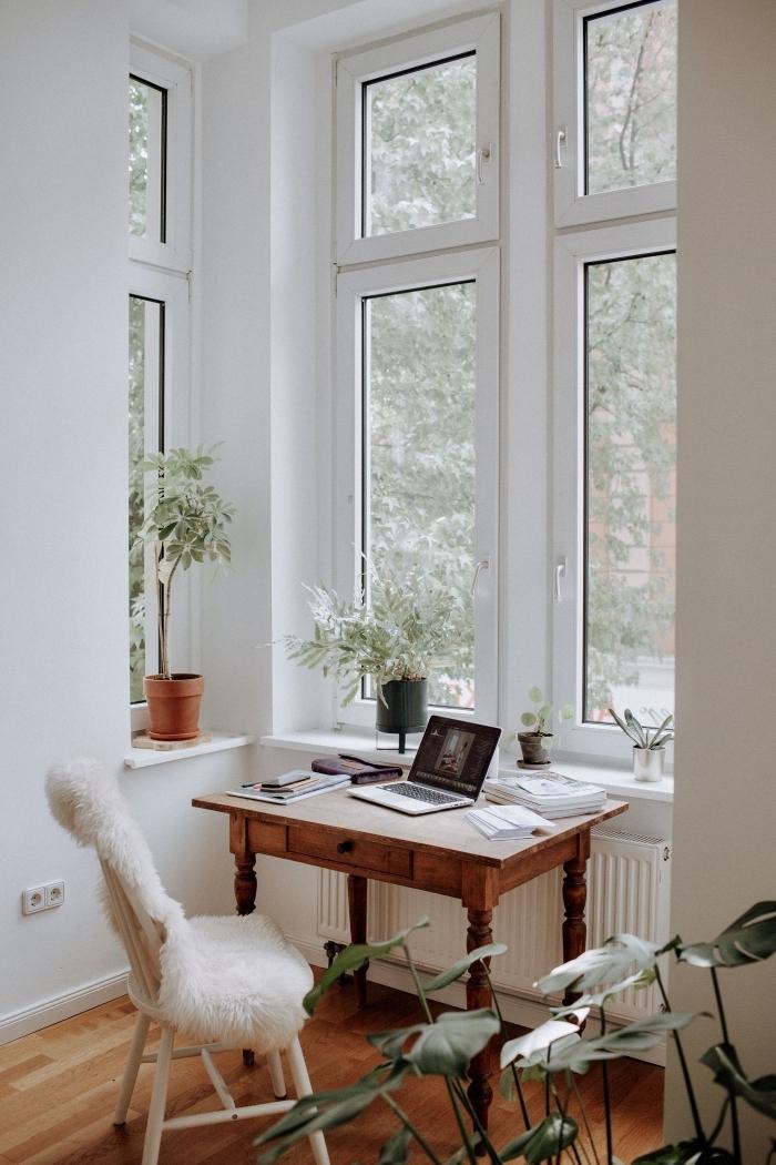 idée comment aménager un petit coin de bureau à domicile dans son couloir, déco home office avec plante de bureau