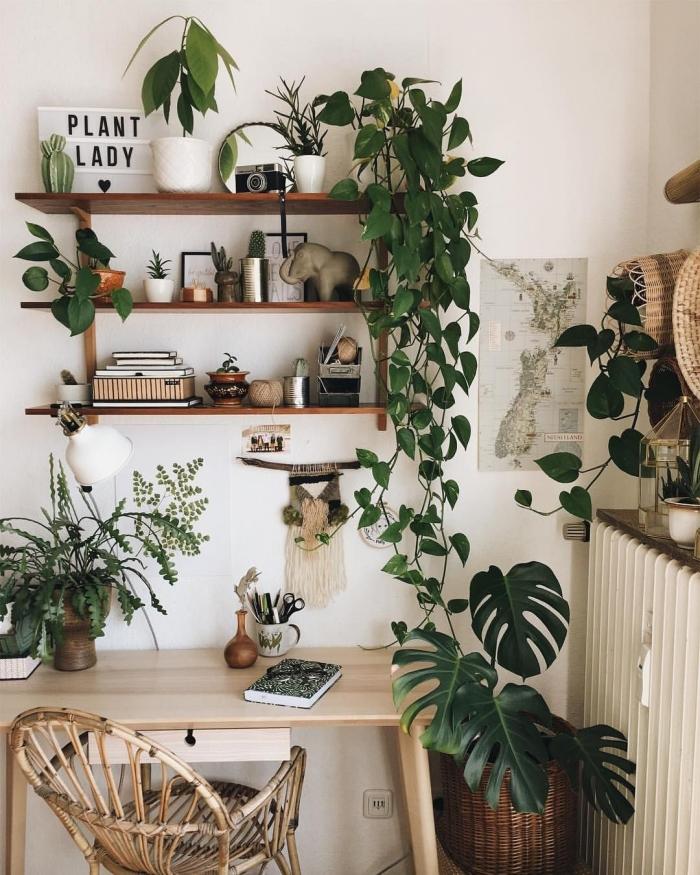 idée comment décorer un petit coin de travail dans un salon de style bohème chic avec meubles en bois et plante pour chambre
