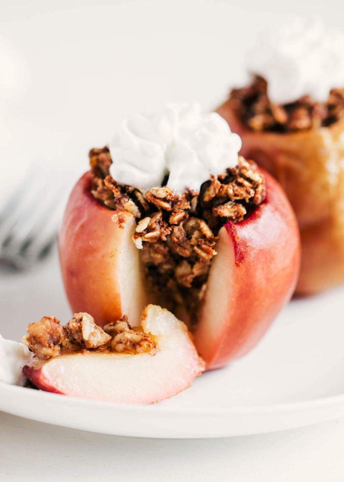 idee de dessert leger aux fruits, pommes farcies de flocons d avoine à la cannelle et crème fouettée