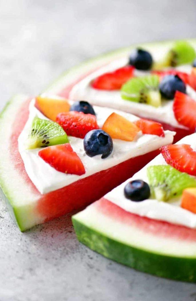 idee de dessert rapide et léger aux fruits, pizza à la pasteque avec yaourt vanille et autres fruits comme topping