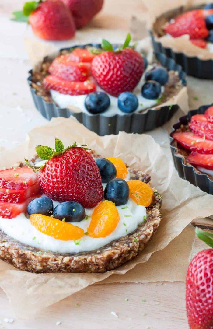 mini tarte maison à base de dattes et noix avec creme de noix de cajou et topping de fruits variés