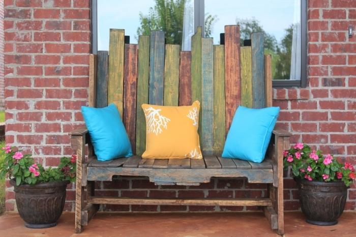 idée de deco recup à réaliser facilement au printemps, modèle de banquette fait maison avec vielles planches de bois