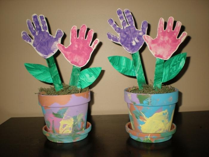 bricolage fête des mères maternelle, modèle de bouquet de fleurs facile à faire en papier avec empreintes de main