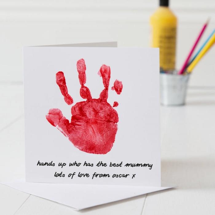 modèle de carte fête des mères maternelle facile à faire avec une empreinte en peinture rouge de main d'enfant sur papier blanc
