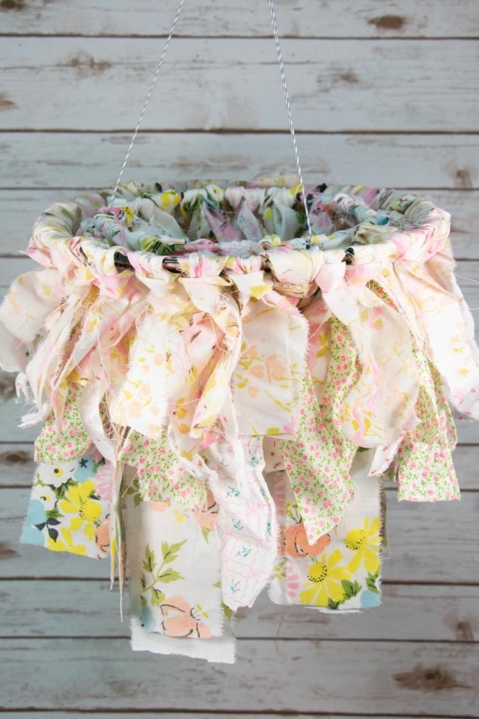 activités manuelles faciles pour le printemps, idée fabrication de chandelier originale avec morceaux de tissu colorés