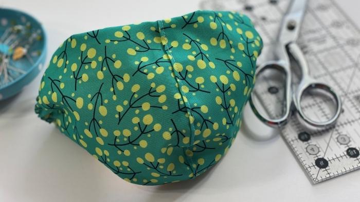 modèle de masque protection visage fait maison, exemple de masque coronavirus en tissu vert avec poche et élastique
