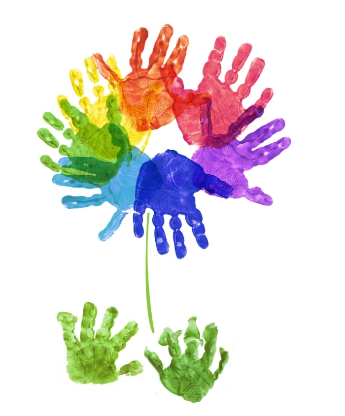 idée de cadeau fête des mères à fabriquer facilement avec peinture, exemple de jolie peinture art avec empreintes de main enfant