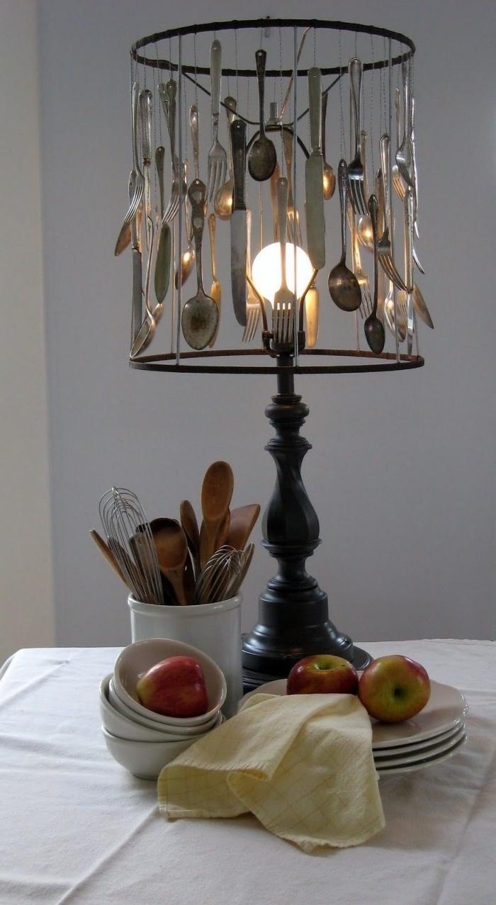 idée bricolage facile avec matériaux de récup, diy lampe en bois avec couvercles recyclés, projet créatif facile et économique