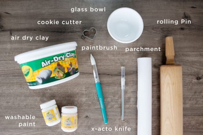 quels matériaux utiliser pour faire un porte-bijou original en forme de main avec argile, cadeau fait main pour maman